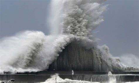 'Very strong' typhoon Jebi approaches Japan, over 600