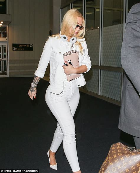 Iggy Azalea shows off her derriere in clingy white jeans